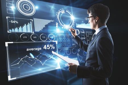 추상 비즈니스 차트 표시에 무언가 드로잉하는 손에 문서와 젊은 사업가. 3D 렌더링