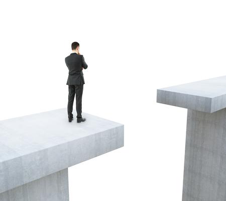 Uomo d'affari che pensa come superare lo spazio su sfondo bianco. Concetto di difficoltà. Rendering 3D Archivio Fotografico - 78680032