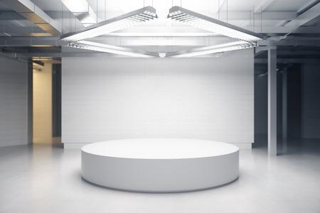 Lichte kamer met podium. Tentoonstelling concept. Bespotten, 3D-rendering