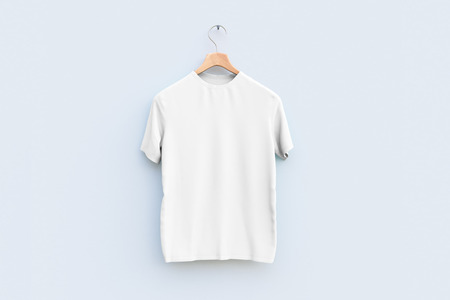 Hanger with empty white t-shirt hanging on wooden wall. Ad concept Stockfoto