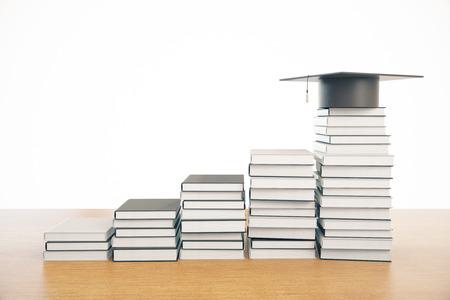 Creatieve boekenladder met afstrijkmuts bovenop. Witte achtergrond. Onderwijs concept. 3D-weergave Stockfoto