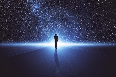 Achteraanzicht van zakenman die op abstracte ruimteweg loopt. Innovatieconcept