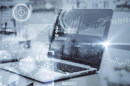 디지털 비즈니스 차트와 함께 노트북의 측면보기 커피 컵과 함께 바탕 화면에 배치. 톤된 이미지입니다. Fintech 개념