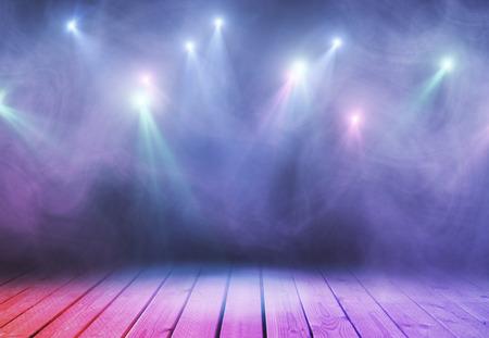 연기와 자리 조명 추상 보라색 무대. 프레젠테이션 개념