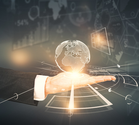 Sluit omhoog van mannelijke hand die abstracte digitale bol op donkere achtergrond met grafieken houden. Netwerkconcept. 3D-weergave Stockfoto