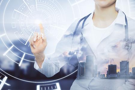 抽象的な街背景にデジタル ボタンを押すと聴診器で若い女医。革新的な技術コンセプト。二重露光