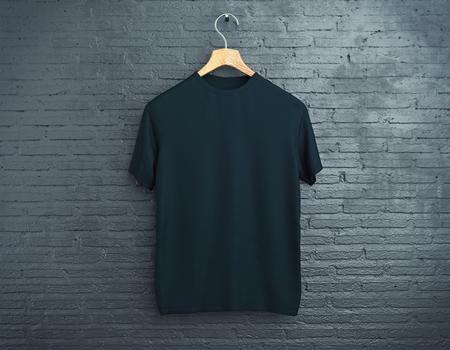 Percha de madera con camiseta negra vacía colgando de fondo de ladrillo oscuro. Concepto de venta al por menor. Bosquejo. Representación 3D Foto de archivo