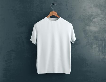 Percha de madera con camiseta blanca vacía colgando sobre fondo de hormigón oscuro. Concepto de venta. Bosquejo. Renderizado 3D