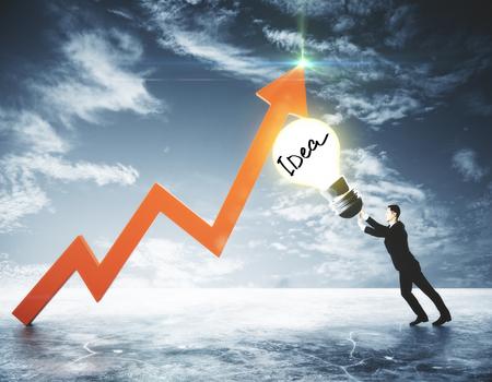 空の背景の電球と矢印を押す青年実業家の側面図です。アイデア コンセプト。3 D レンダリング