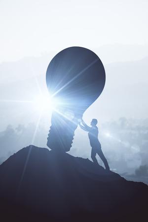 上り坂ボルダーを押す実業家の逆光。太陽の光で明るい背景。アイデア コンセプト。3 D レンダリング