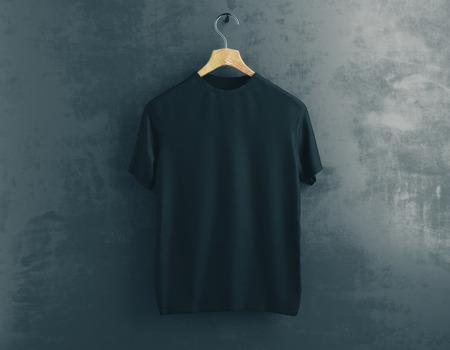 Suspensión de madera con la camiseta negra vacía que cuelga en fondo concreto oscuro. Concepto de ropa. Bosquejo. Representación 3D Foto de archivo - 81368624
