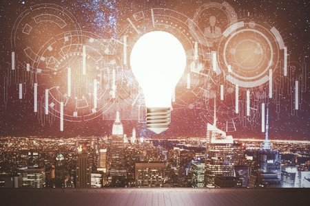 Gloeiende gloeilamp en abstract financieel technologiepatroon boven houten dek op de verlichte achtergrond van de nachtstad. Forex en innovatieconcept. 3D-weergave