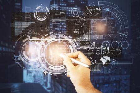 Zakenman die abstracte digitale bedrijfsprojectie trekken op de achtergrond van de nachtstad. Tech concept. Dubbele blootstelling Stockfoto