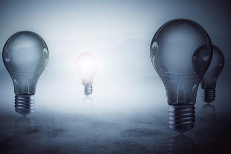 안개 낀 모호한 회색 배경에 빛나는 전구. 아이디어 개념. 3D 렌더링