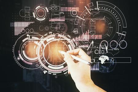 Zakenman die abstracte digitale bedrijfsprojectie trekken op de achtergrond van de nachtstad. Technologie concept. Dubbele blootstelling