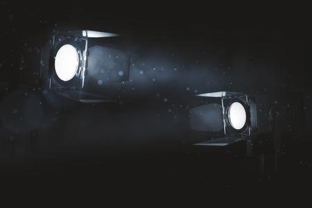 Zwei weiche Scheinwerfer auf dunklem rauchigem Hintergrund. Professionelles Beleuchtungskonzept. 3D-Rendering Standard-Bild - 83417003