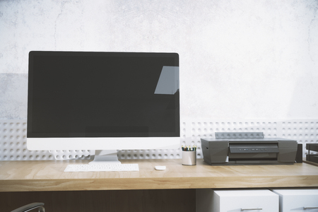 Escritorio de diseñador creativo con pantalla de computadora pc en blanco. Vista frontal. Concepto publicitario. Mock up, renderizado 3D Foto de archivo - 83988488