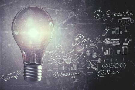 Creatieve gloeiende lamp op donkere muurachtergrond met bedrijfsschets. Idee en innovatieconcept. 3D-weergave