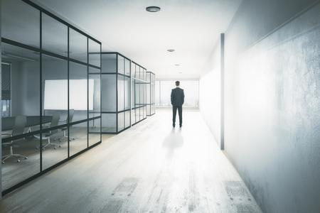 현대 사무실 복도 인테리어 장비, 도시보기 및 일광에 젊은 사업가의보기를 다시. 생각해라. 3D 렌더링 스톡 콘텐츠