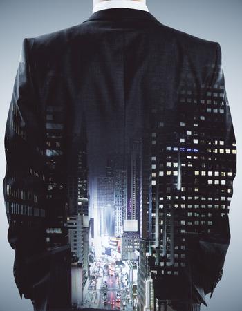 Achtermening van jonge zakenman op abstracte stadsachtergrond. Denk concept. Dubbele blootstelling Stockfoto