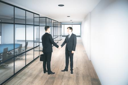 현대 사무실 복도 인테리어에 악수하는 기업인. 팀웍 개념입니다. 3D 렌더링 스톡 콘텐츠