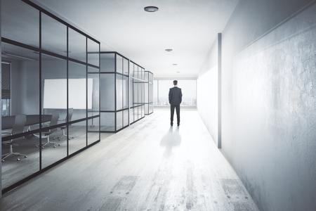 현대 사무실 복도 인테리어 장비, 도시보기 및 일광에 젊은 사업가의보기를 다시. 연구 conept. 3D 렌더링