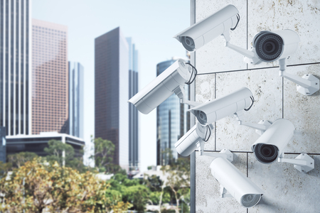 콘크리트 타일 밝은 도시 배경에 다양 한 CCTV 카메라 건물. 모니터링 개념입니다. 3D 렌더링 스톡 콘텐츠