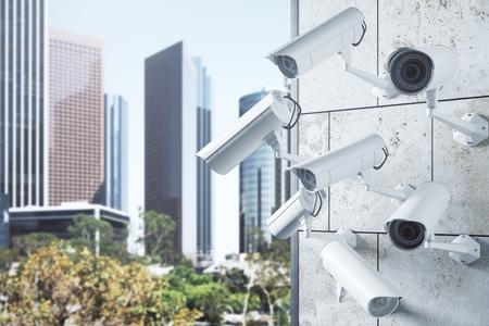 Konkretes Fliesengebäude mit verschiedenen Überwachungskameras auf hellem Stadthintergrund. Überwachungskonzept. 3D-Rendering Standard-Bild - 84876920