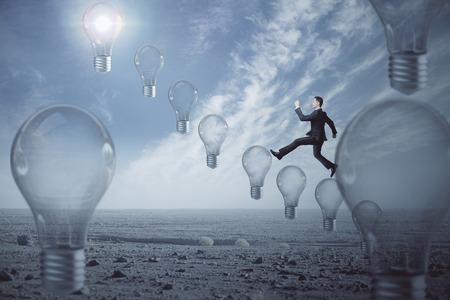 Vue de côté d & # 39 ; affaires grimper ampoule abstraite sur fond de ciel bleu. idée et le concept de l & # 39 ; innovation . rendu 3d Banque d'images - 84779104