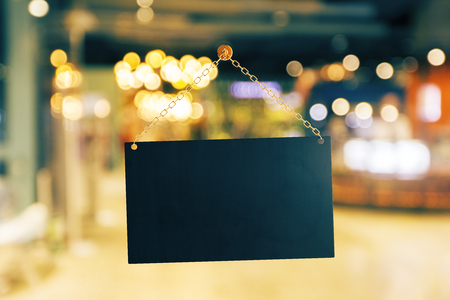 Bandera negra vacía colgando de la cadena de oro. Fondo Bokeh. Concepto publicitario Mock up, renderizado 3D Foto de archivo - 85037390