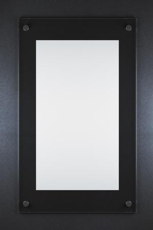 어두운 콘크리트 배경에 빈 유리 포스터입니다. 광고, 갤러리, 전시 개념. 모의 3D 렌더링
