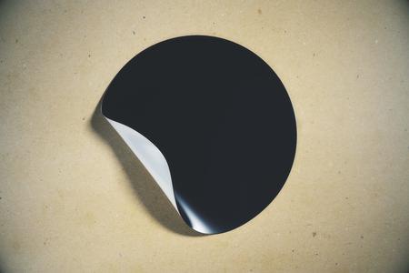 블랙 빛 배경에 코너 떨어져 웅크 리고 껍질을 가진 라운드 스티커. 페이지 개념. 모의 3D 렌더링