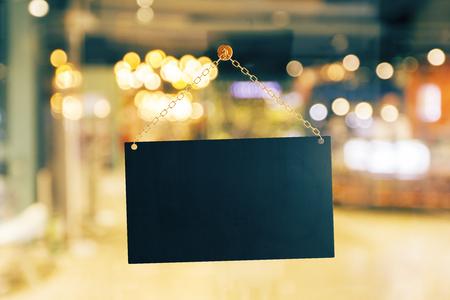 Leeren Sie schwarzes Einzelhandelsgeschäftzeichen auf undeutlichem Hintergrund. Werbekonzept. Mock-up, 3D-Rendering