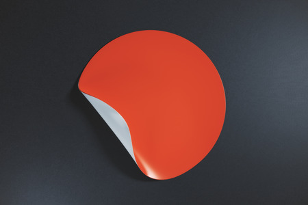 어두운 배경에 모서리 떨어져 웅크 리고 껍질을 벗기는 스티커 라운드 빨간. 정보 개념입니다. 모의 3D 렌더링