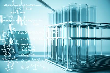 파란색 실험실 장비 및 밝은 배경에 화학 수식. 생명 공학 개념입니다. 3D 렌더링