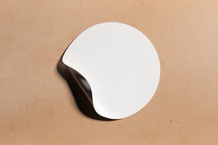 화이트 라운드 빛 배경에 코너 떨어져 웅크 리고 껍질을 가진 스티커. 광고 개념. 모의 3D 렌더링 스톡 콘텐츠