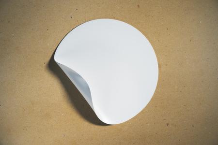 화이트 라운드 빛 배경에 코너 떨어져 웅크 리고 껍질을 가진 스티커. 메시지 개념입니다. 모의 3D 렌더링
