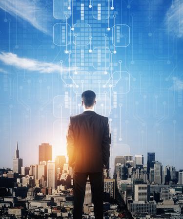 추상 회로 보드와 햇빛 도시를보고 젊은 사업가의보기를 다시. 미래의 개념. 이중 노출
