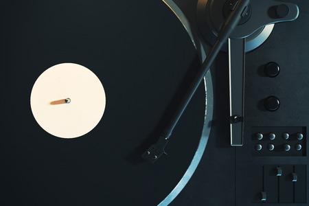 Vinyl-Plattenspieler. Retro Audioausrüstung für Discjockey. Sound-Technologie für DJ zum Mischen und Abspielen von Musik. Nahaufnahme und Draufsicht. 3D-Rendering Standard-Bild - 87331481