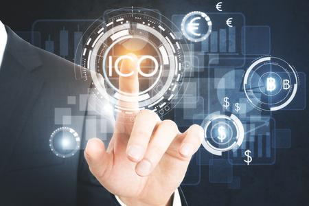 사업가 눌러 추상 빛나는 디지털 통화 단추 가상 디지털 전자 사용자 인터페이스에 제공하는 ICO 초기 동전. Infograph 개념입니다. 3D 렌더링