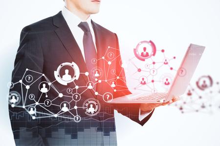추상 HR 네트워크와 노트북을 사용 하여 인식 할 수없는 젊은 사업가의 측면보기. 고용 개념. 이중 노출 스톡 콘텐츠