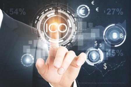 사업가 눌러 추상 빛나는 디지털 통화 단추 가상 디지털 전자 사용자 인터페이스에 제공하는 ICO 초기 동전. 금융 개념입니다. 3D 렌더링 스톡 콘텐츠