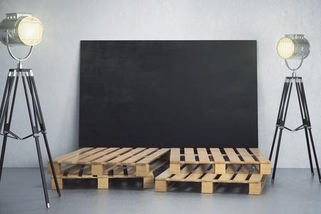 Concreet intertior met lege bordbanner op houten stappen en professioneel verlichtingsmateriaal. Fotostudio, galerij en beursconcept. Bespotten, 3D-rendering