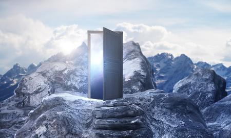 Bergstappen die tot abstracte open deur met mening over hemelachtergrond leiden. Ontwikkelingsconcept. 3D-weergave Stockfoto