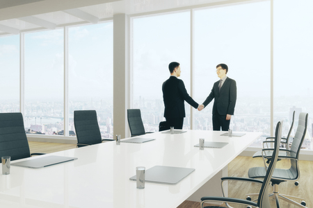 Vue de côté des hommes d'affaires européens se serrant la main dans la salle de conférence moderne. Concept de travail d'équipe. Rendu 3D Banque d'images - 87926552