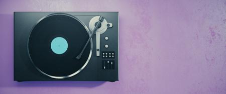 Draaischijf vinyl platenspeler. Retro audio-apparatuur voor disc jockey. Geluidstechnologie waarmee DJ muziek kan mixen en afspelen. Paarse achtergrond met kopie ruimte. 3D-weergave Stockfoto - 87926479