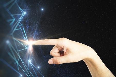 Mano que señala en malla poligonal abstracta en el cielo del fondo del espacio. concepto de tecnología. representación 3d Foto de archivo - 87926519
