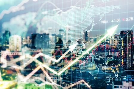 都市の背景に上向きの矢印を持つ創造的な金融外国為替チャート。改善コンセプト二重露光