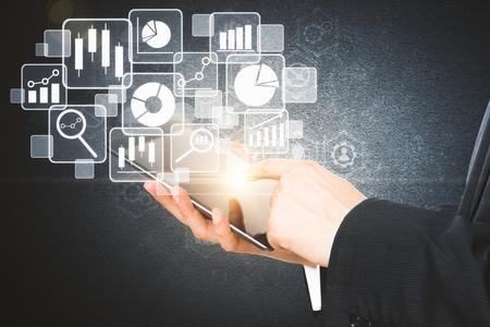 Zakenman die tablet met abstracte digitale bedrijfsgrafiek gebruiken. Toekomst en technologieconcept. 3D-weergave