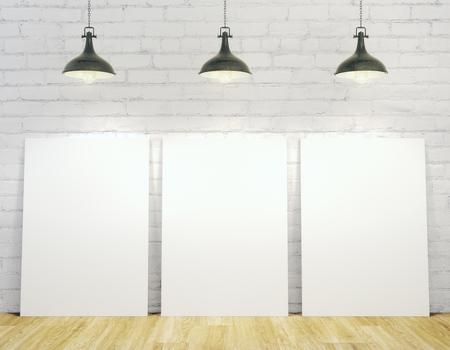 Modern binnenland met lege die affiches met plafondlampen, witte bakstenen muur en houten vloer worden verlicht. Bespotten, 3D-rendering